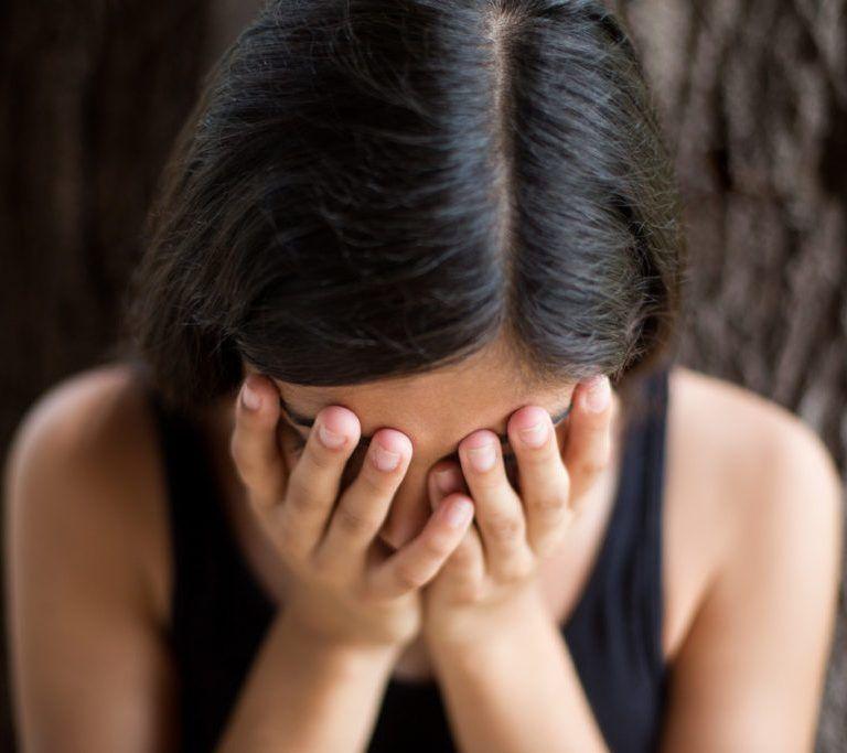 Aiutare donna che piange